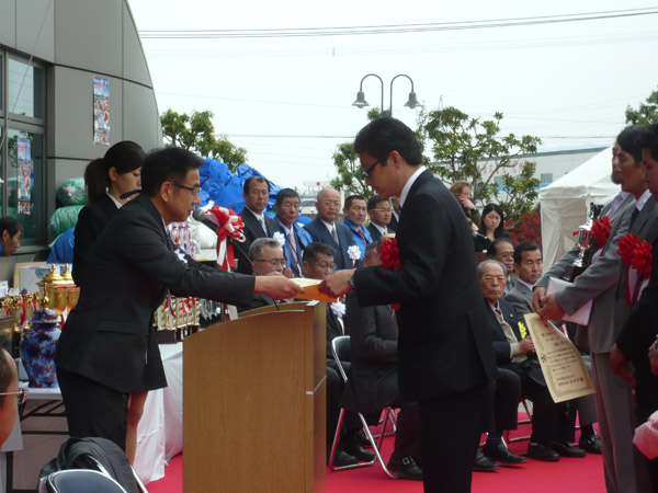 Odawara-san receiving a prize